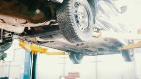 Servicio del automóvil del garaje - un mecánico controla la transmisión, cierre metrajes