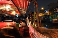 Servicio del barco de canal de Saen Saep en noche Foto de archivo