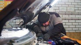 Servicio del coche Gancho grueso del hombre del mecánico encima de la batería almacen de metraje de vídeo