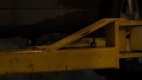 Servicio del coche - parte inferior del coche en una elevación en un taller 4K almacen de metraje de vídeo