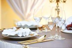 Servicio del evento del restaurante del abastecimiento fije la tabla en el partido Fotos de archivo libres de regalías