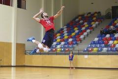 Servicio del jugador la bola en salto en un partido del voleibol Imagenes de archivo