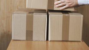 Servicio del paquete Preparación de los paquetes postales para la entrega a los clientes en casa almacen de metraje de vídeo