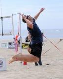 Servicio del salto del voleibol de la playa de los hombres Foto de archivo