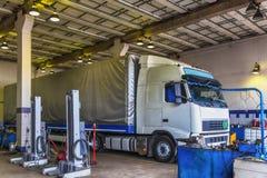 Servicio del taller de reparaciones del camión o del camión Fotografía de archivo libre de regalías