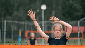 Servicio del voleibol de la mujer Mujer que consigue lista a para servir el voleibol mientras que se coloca en la cámara lenta de almacen de video