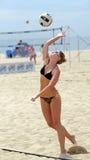 Servicio del voleibol de la playa de Raquel Johnston Imagen de archivo libre de regalías