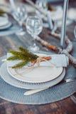 Servicio determinado de la tabla con el stemware de los cubiertos y del vidrio Imágenes de archivo libres de regalías
