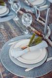 Servicio determinado de la tabla con el stemware de los cubiertos y del vidrio Foto de archivo libre de regalías