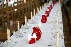 Servicio determinado de la tabla del abastecimiento con los cubiertos, la servilleta y el vidrio en el restaurante antes del part Fotos de archivo