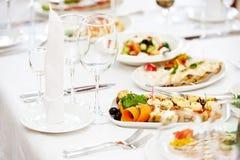 Servicio determinado de la tabla del abastecimiento en el restaurante Imagen de archivo libre de regalías