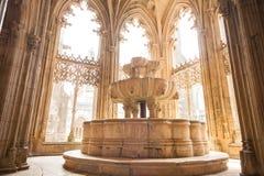 Servicio en el claustro real del monasterio de Batalha Imagenes de archivo