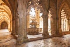 Servicio en el claustro real del monasterio de Batalha Fotos de archivo libres de regalías