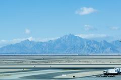 Servicio en tierra de los aviones en el terminal de aeropuerto imagenes de archivo