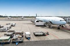 Servicio en tierra de los aviones en el terminal de aeropuerto Fotos de archivo libres de regalías
