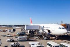 Servicio en tierra de los aviones en el terminal de aeropuerto Foto de archivo