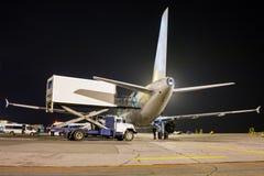 Servicio en tierra del avión de pasajeros en la noche Imagen de archivo