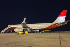 Servicio en tierra del avión de pasajeros en la noche Imagen de archivo libre de regalías