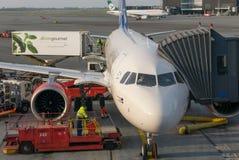Servicio en tierra y reaprovisionamiento del aeroplano Fotografía de archivo libre de regalías