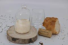 Servicio francés, tabla de la recepción, cocina francesa, pan, vino y queso foto de archivo libre de regalías