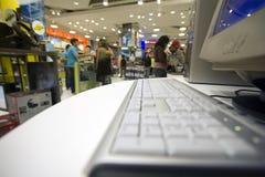 Servicio informático en un almacén grande foto de archivo libre de regalías