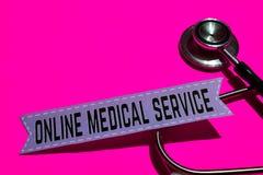 Servicio médico en línea en el papel de la impresión con el concepto de seguro de enfermedad imagenes de archivo