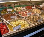 Servicio para arriba de tienda de delicatessen italiana Imágenes de archivo libres de regalías