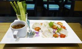 Servicio picante de la concha de peregrino en estilo tailandés Fotos de archivo
