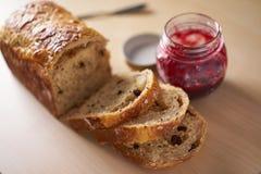 Servicio por tiempo del desayuno o del té con pan cortado Fotos de archivo libres de regalías