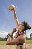 Servicio por todo lo alto del voleibol Fotos de archivo libres de regalías
