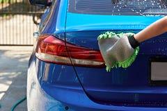 Servicio que se lava de la mano del coche Fotos de archivo libres de regalías