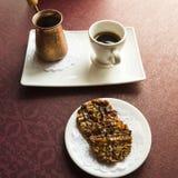 Servicio y galletas del café turco con las nueces Foto de archivo libre de regalías