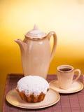 Taza de café y de mollete en una placa Imágenes de archivo libres de regalías