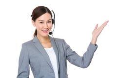 Servicios de atención al cliente con las auriculares y la palma abierta de la mano Imagen de archivo libre de regalías