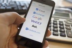 Servicios de correo electrónico globales en el iphone 5S foto de archivo