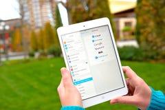 Servicios de correo electrónico globales en Ipad Foto de archivo