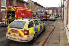 Servicios de emergencia en el fuego de la casa Foto de archivo