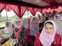 Servicios de la escuela primaria para las muchachas Una escuela islámica en donde las muchachas deben llevar las bufandas y los u foto de archivo libre de regalías