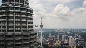 Servicios de la limpieza para las torres gemelas de Petronas Fotografía de archivo libre de regalías