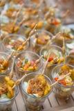 Servicios del abastecimiento en la tabla en el banquete de boda Fotos de archivo