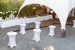 servicios del abastecimiento en restaurante Recepción de la tabla de la boda en ceremonia de boda en el parque Imagenes de archivo