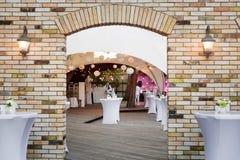 servicios del abastecimiento en restaurante Recepción de la tabla de la boda en ceremonia de boda en el parque Fotos de archivo