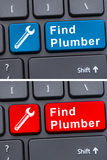 Servicios onlines con llave del fontanero del hallazgo en el teclado Fotografía de archivo libre de regalías