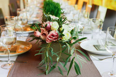 Servido casandose la tabla con las decoraciones de las flores Foto de archivo