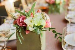 Servido casandose la tabla con las decoraciones de las flores Imagen de archivo