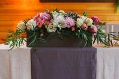 Servido casandose la tabla con las decoraciones de las flores Fotografía de archivo