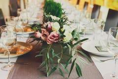 Servido casandose la tabla con las decoraciones de las flores Imagen de archivo libre de regalías