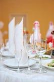 Servido casandose la tabla en el restaurante para la cena Imágenes de archivo libres de regalías