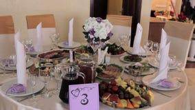 Servido maravillosamente casandose la tabla en el restaurante almacen de video