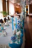 Servido maravillosamente casandose la tabla en un restaurante Foto de archivo